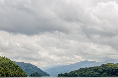 Le Loch Lomond encastré entre les montagnes vue depuis la west highland way.
