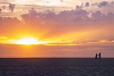 Coucher de soleil au bord de la mer.