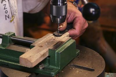 La coutellerie Farol de La Rochelle: fabrication d'une lame de couteau.