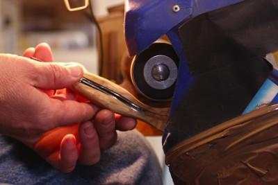 La coutellerie Farol de La Rochelle: fabrication d'un couteau (modèle : cachalot).