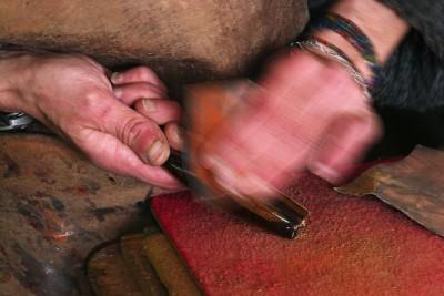 La coutellerie Farol de La Rochelle: finition du manche d'un couteau (modèle : cachalot).