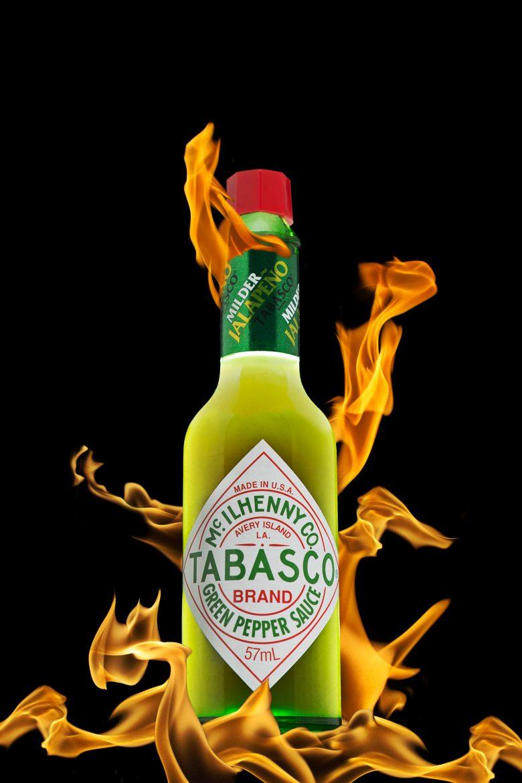 Image composite mettant en scène une bouteille de tabasco vert et des flammes