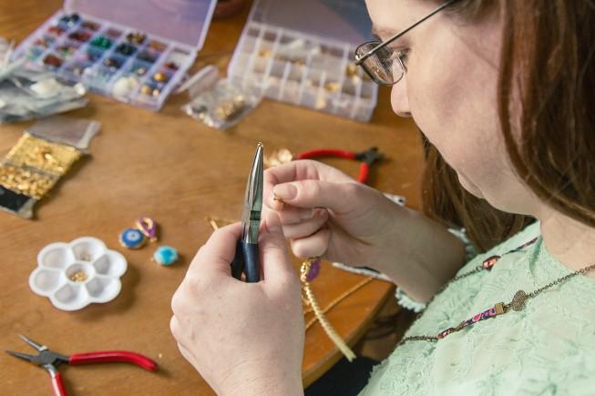 Fanny la créatrice de Faraboule pendant la conception d'un bijou