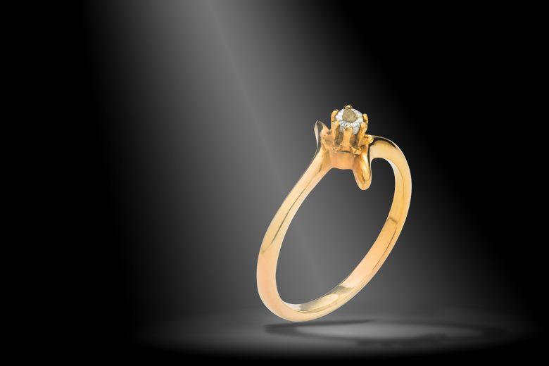 Bague or diamant non-taillé Bague en or avec un diamant non-taillé mise en scène