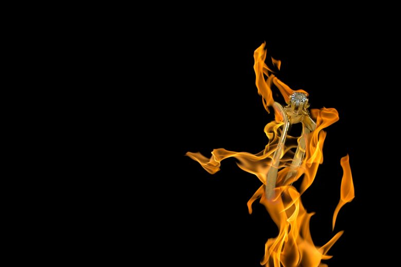 Bague or diamant non-taillé Mise en scène créative d'une bague dans des flammes.