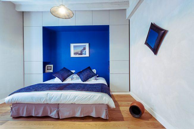 Domaine de La Reculée, photographie d'intérieur du gîte et des chambres d'hôtes. Vue de la chambre d'hôte Agadez habillée de bleu et aux accents du Niger. Cette chambre est située au rez-de-chaussée