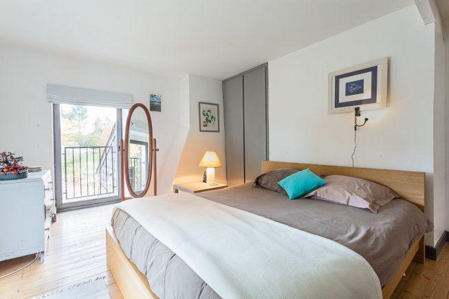 Domaine de La Reculée, photographie d'intérieur du gîte et des chambres d'hôtes. Vue de la chambre grise du gîte du Domaine de La Reculée. Cette chambre est située à l'étage.