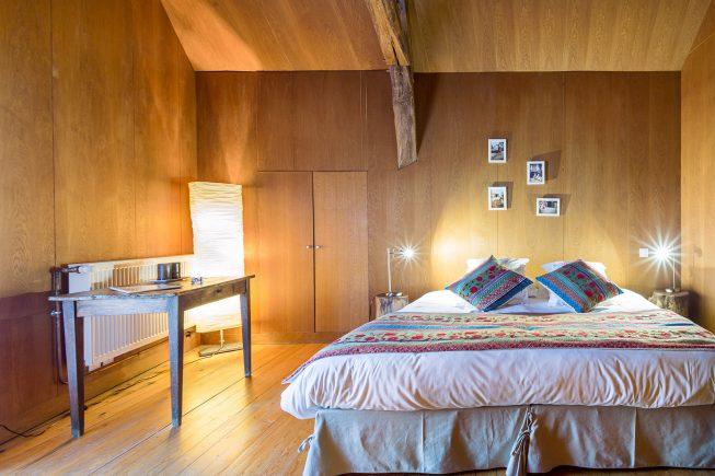 Domaine de La Reculée, photographie d'intérieur du gîte et des chambres d'hôtes. Vue de la chambre d'hôte cabane perchée. Cette chambre chaleureuse, habillée de bois est située à l'étage.