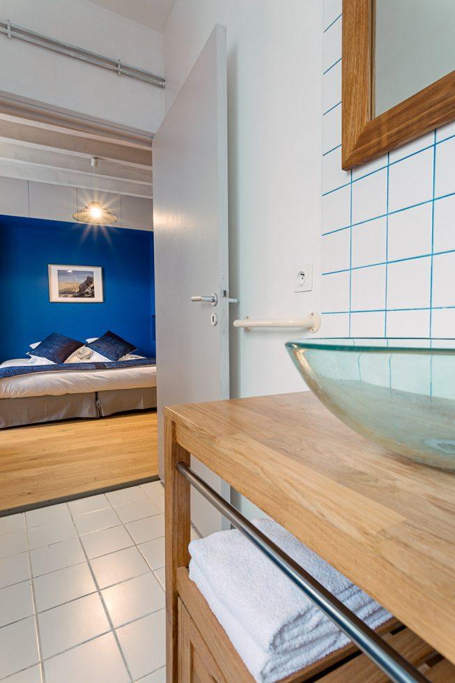 Domaine de La Reculée, photographie d'intérieur du gîte et des chambres d'hôtes. Vue depuis la salle de bains avec baigoire de la chambre d'hôte Agadez du Domaine de La Reculée