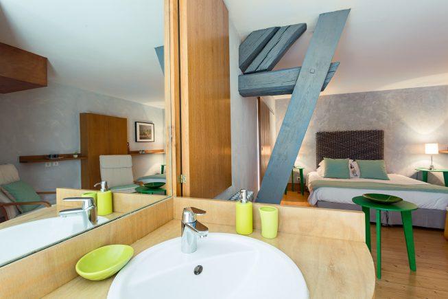 Domaine de La Reculée, photographie d'intérieur du gîte et des chambres d'hôtes. Vue depuis la salle de bains avec baignoire de la chambre pangalanes située à l'étage.