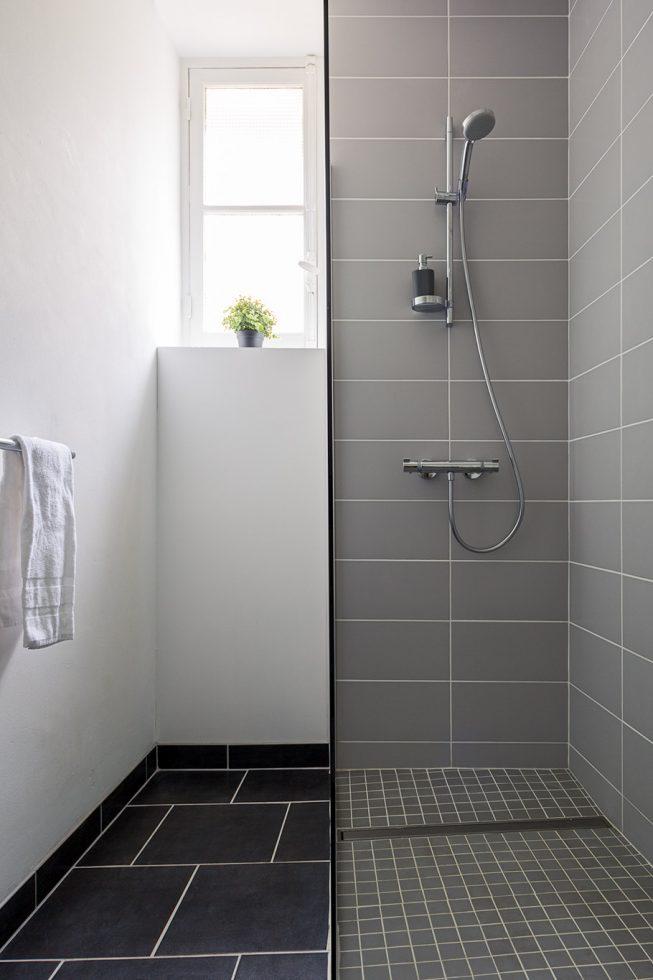 Domaine de La Reculée, photographie d'intérieur du gîte et des chambres d'hôtes. Vue de la salle de bain avec douche de la chambre d'hôte Atacama du Domaine de La Reculée