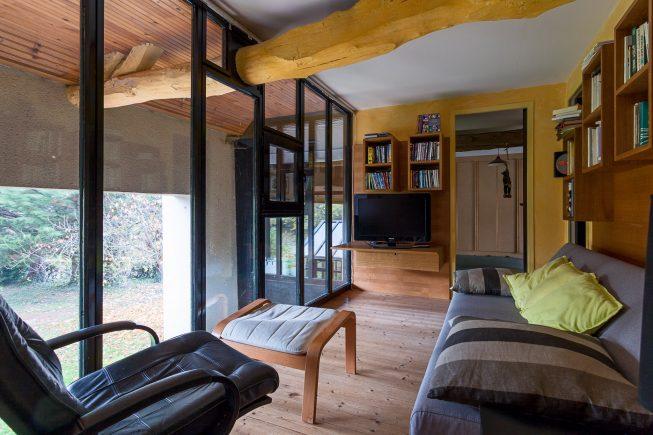 Domaine de La Reculée, photographie d'intérieur du gîte et des chambres d'hôtes. Lieu de détente, la salle télé du gite offre un vue dégagé sur l'extérieur. Cette salle est située à l'étage.