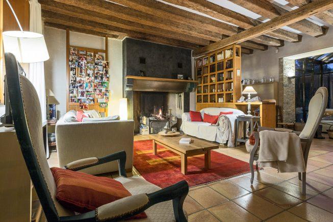 Domaine de La Reculée, photographie d'intérieur du gîte et des chambres d'hôtes. Salon avec cheminée du gîte du domaine de La Reculée.