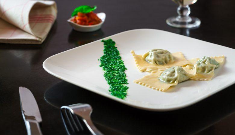Assiette de raviolis à la ricotta et aux blettes accompagné de son pesto de persil.